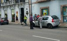 Un coche colisiona contra otro en Infiesto, que acaba empotrado en una acera