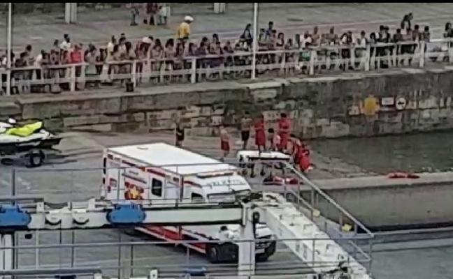 Un menor, rescatado en Poniente con «fuertes» síntomas de ahogamiento