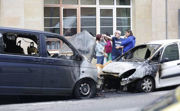 Un incendio en Gijón calcina dos vehículos y hace estallar los cristales de una residencia
