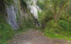 Cortada la carretera de Sobrefoz por un argayo