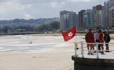 17 playas asturianas están con bandera roja por el fuerte oleaje