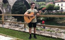 Oskar Proy toca sus primeras notas en Cangas de Onís