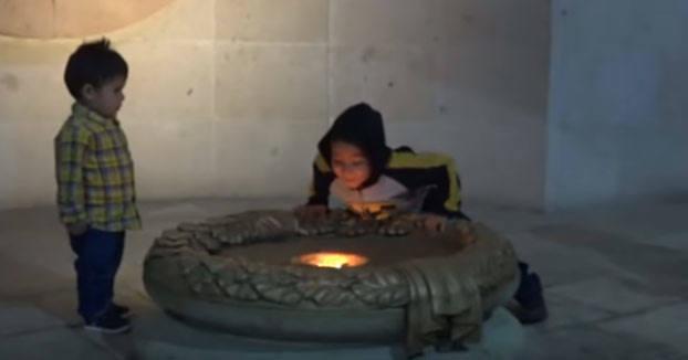 El niño que sopló y acabó con 200 años de historia al apagar una llama simbólica en México