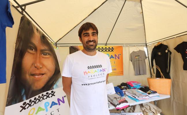 El 'héroe' que da clases de inglés y surf en Indonesia