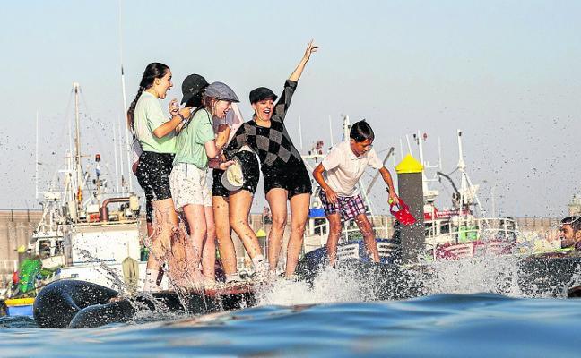 En Candás se lanzan al agua por San Félix