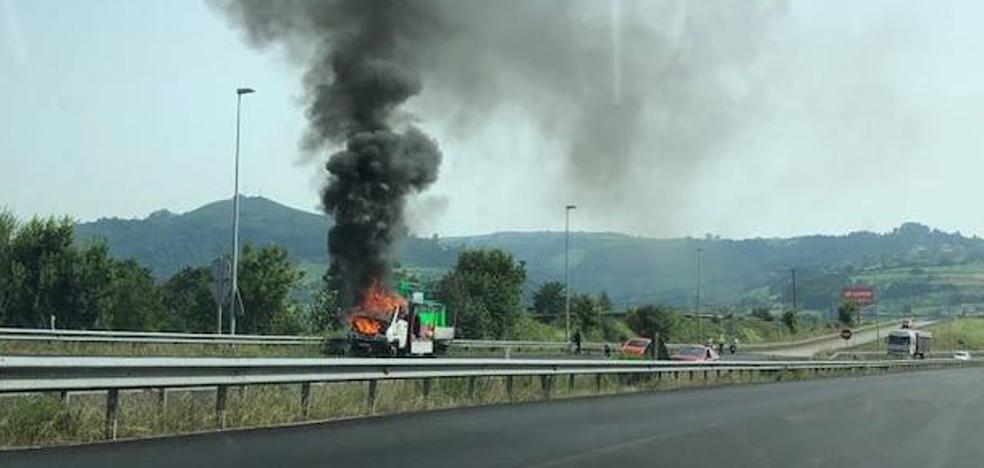 Arde un camión en la autovía Minera