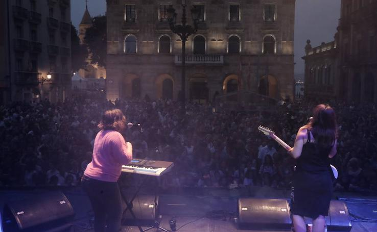Petit Pop arma la fiesta en la Plaza Mayor de Gijón