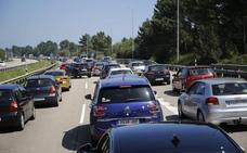 Retenciones kilométricas en la 'Y' por un accidente y en los accesos a las playas