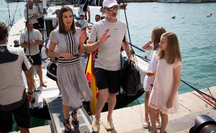La Reina y sus hijas acuden a ver a Felipe VI tras la regata