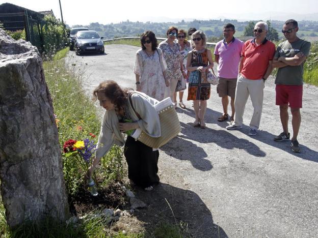 Laura Díez y asistentes al homenaje a las Trece Rosas, ayer, en San Esteban. / MARIO ROJAS