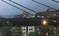 Cuatro vehículos implicados en un accidente en el puente atirantado de Sama
