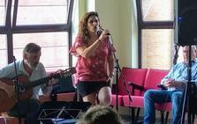Anabel Santiago canta en la asociación Virgen de La Cueva de Piloña