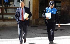 Los abogados municipales advierten al tripartito de la «gravedad» de personarse contra el exjefe de la Policía
