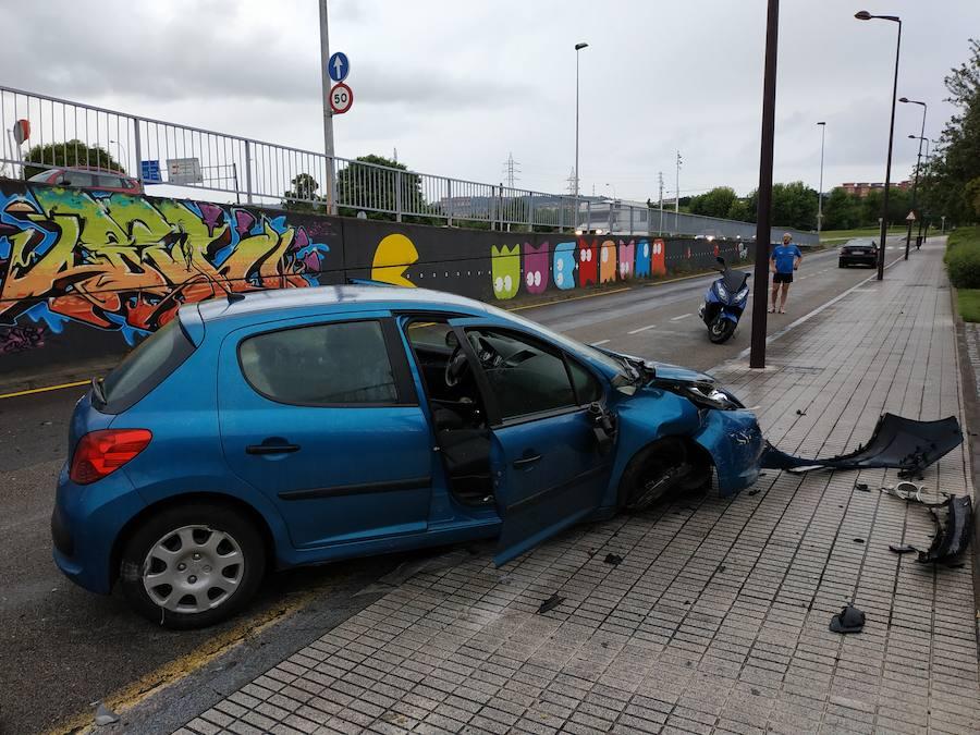 Tres heridos en Gijón al caer un coche desde un puente y arrollar a una viandante