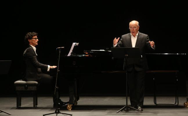 Pixán y Gamoneda, con su 'Cancionero asturiano'