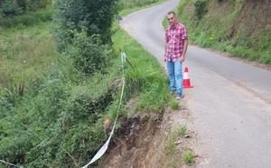Un argayo amenaza con anular la carretera de Cancienes a Campo la Vega