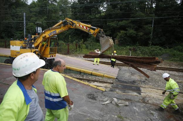Trabajos de reparación de los daños ocasionados por el derrumbamiento en Carbayín. /  JUAN CARLOS ROMÁN