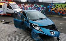 Un coche arrolla a una viandante antes de caer desde un puente en Gijón