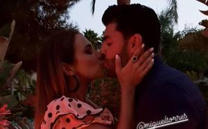 Un beso de regalo para Paula Echevarría