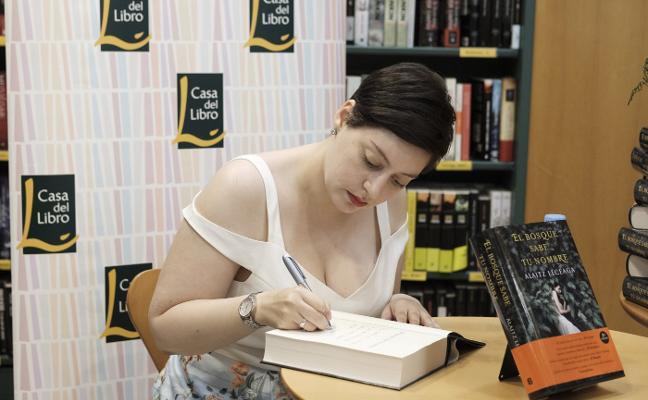Firma de la novela 'El bosque sabe tu nombre'