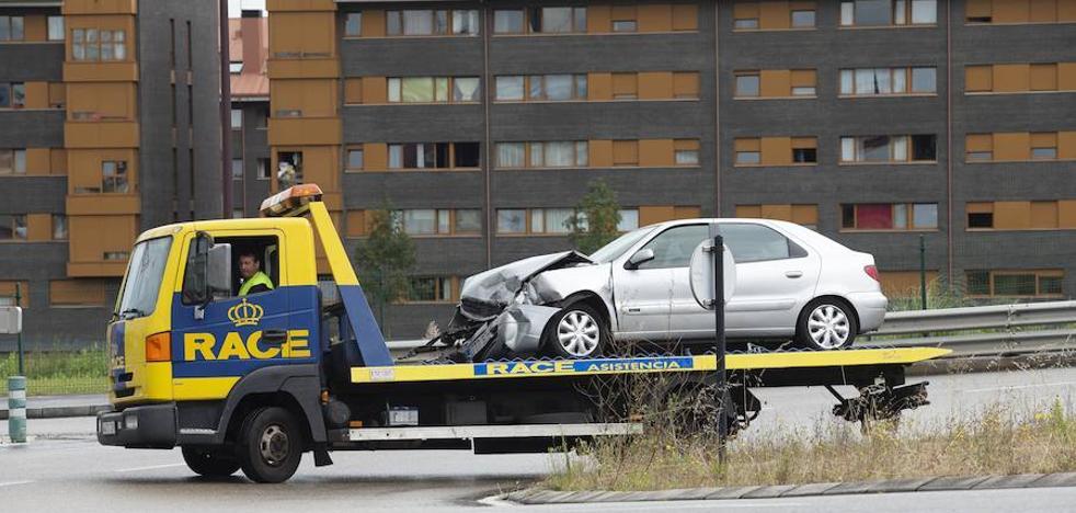 Una colisión entre dos turismos en Gijón se salda con tres heridos, entre ellos una menor