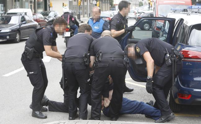 Un hombre agrede a los policías que le impidieron conducir en estado ebrio
