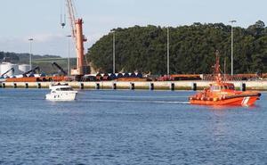 Remolcada hasta el puerto de Avilés una embarcación deportiva que se incendió a la altura del cabo Vidío