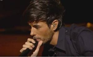 Enrique Iglesias le toca el culo en directo a su telonera