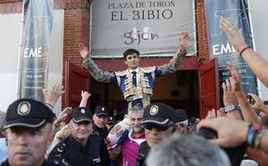 Manuel Diosleguarde corta dos orejas y sale a hombros de El Bibio