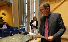 El gerente del Sespa, José Ramón Riera, presentó la oferta pública de empleo junto a Asunción Artime, coordinadora técnica responsable de los procesos de selección./PABLO LORENZANA
