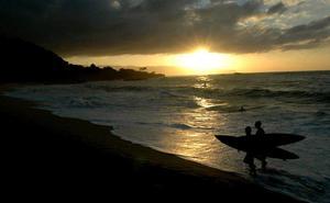 Un policía surfero evita la violación de una joven por dos hombres en una playa