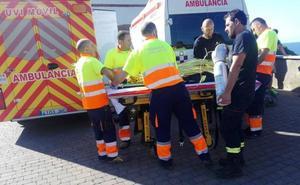 Rescatada una mujer tras caerse por un desnivel de más de dos metros en la costa de Arnao