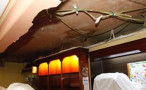 Se desploma el falso techo de escayola sobre el bar del Casino de Avilés