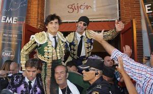 Padilla y Roca Rey salen a hombros de El Bibio