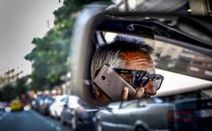 Tráfico multa a siete asturianos al día por usar el móvil mientras conducen