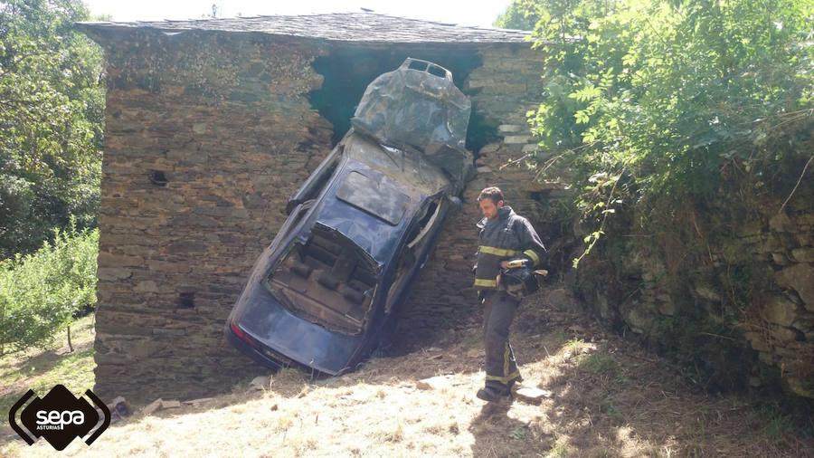Un vehículo se empotra contra una vivienda en Cangas del Narcea