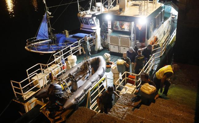 La Guardia Civil rastrea la costa del occidente en busca de más droga