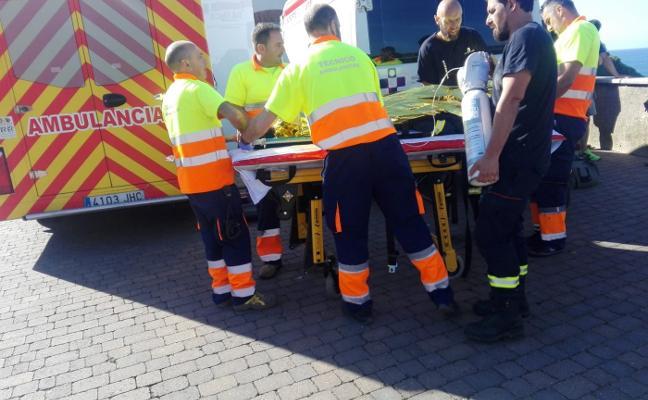 Herida una mujer tras una caída de más de dos metros en Arnao