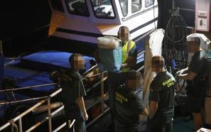 Recuperados ya unos 90 kilos de cocaína flotando en la costa occidental asturiana