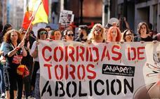 Manifestación antitaurina ante la plaza de toros de El Bibio en Gijón