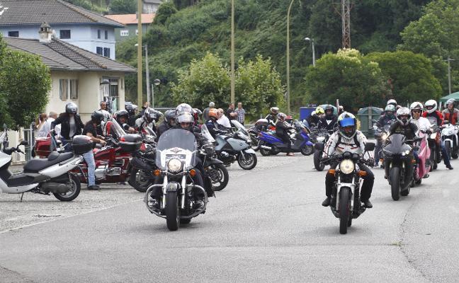 Motos y ceremonia religiosa en el día grande de San Lorenzo en Llaranes