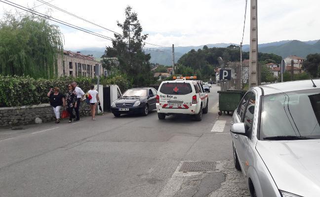 Vecinos de Celorio alertan del «peligro» para los peatones en el acceso a la playa