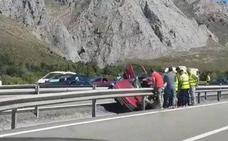 Dos heridos al salirse su coche en la Autopista del Huerna