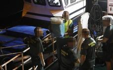 La Guardia Civil intensifica la búsqueda de fardos de cocaína en alta mar entre Navia y Cudillero
