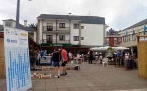 El Franco recauda 1.900 euros en su mercado solidario de segunda mano
