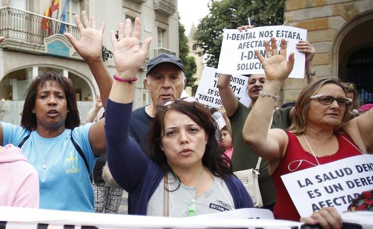 Afectados de iDental se manifiestan en Gijón para exigir soluciones