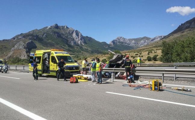 Dos heridos tras volcar su coche en la Autopista del Huerna