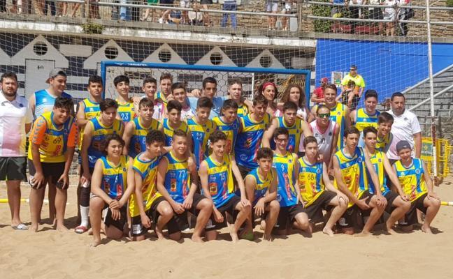 El balonmano-playa asturiano tuvo por primera vez cuatro equipos en el nacional