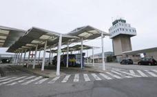 Los vuelos estivales tiran del aeropuerto tras caer un 25% la ruta a Londres