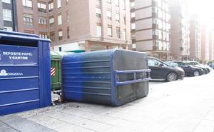 Arde un contenedor de reciclaje en la calle Juan XXIII de Avilés